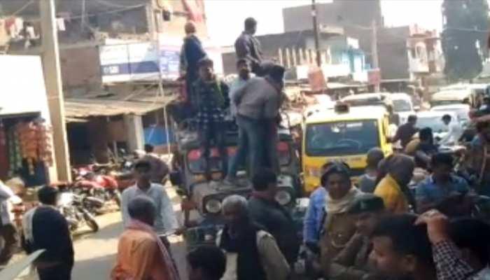 बिहार: 10वें दिन भी जारी रहा मजदूरों का विरोध प्रदर्शन, नगर पंचायत कार्यालय में जड़ा ताला