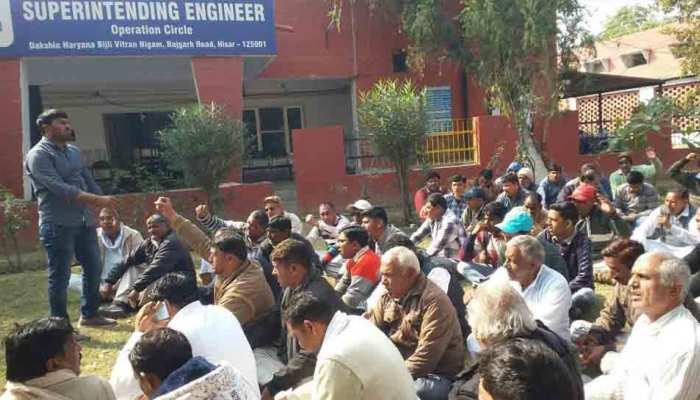 बिजली विभाग के कर्मचारियों का प्रदर्शन, बोले- मांगें नहीं मानीं तो बिजली हो जाएगी गुल