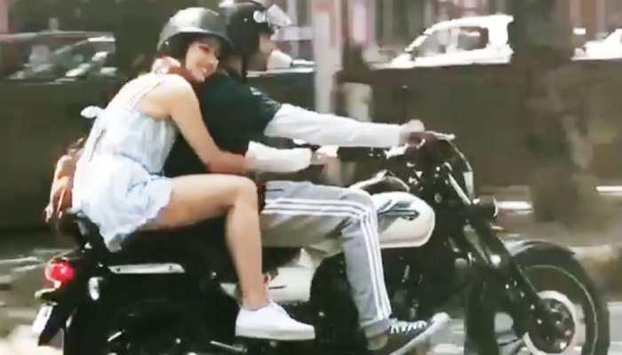 बाइक पर कुछ इस अंदाज में बैठी नजर आईं सारा, कार्तिक बोले- 'चलान कटेगा और मेरा भी...'