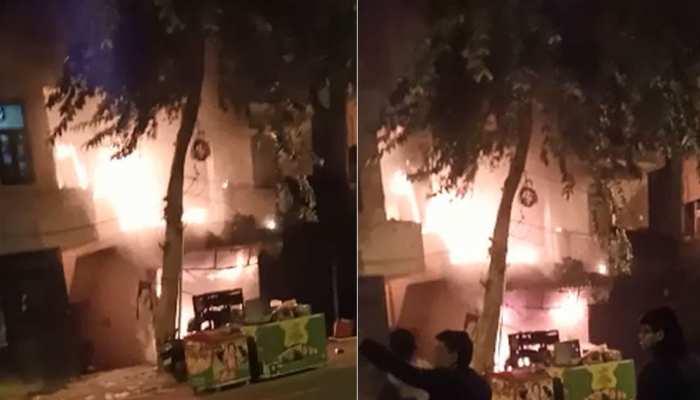 दिल्ली के रोहिणी इलाके की दुकान में लगी भीषण आग, इलाके में मचा हड़कंप