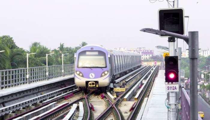 कोलकाता मेट्रो में धुएं के बाद अफरातफरी, यात्रियों की चीख-पुकार के बाद रोकी गई ट्रेन