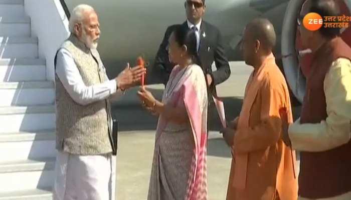 UP: वाराणसी पहुंचे PM नरेंद्र मोदी, राज्यापाल और CM योगी ने किया स्वागत