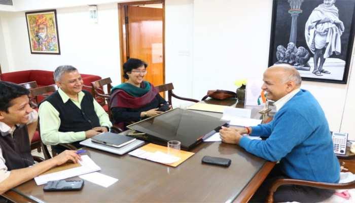 केजरीवाल के मंत्रिमंडल में तीसरी बार शामिल हुए मनीष सिसोदिया, पद संभालते ही किया ये ऐलान