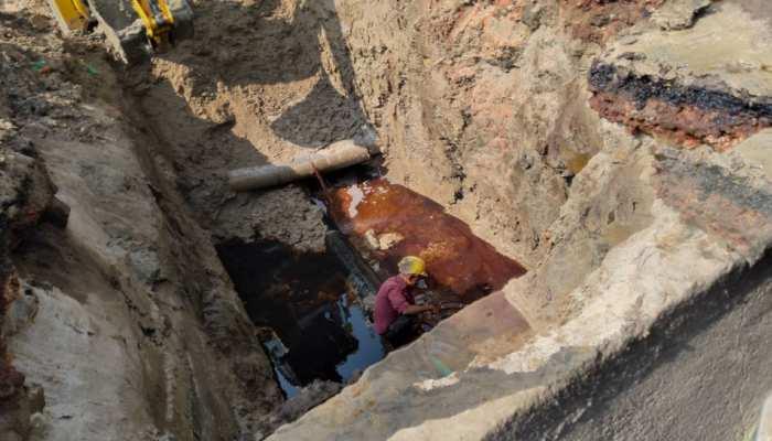 बिहार: पटना में पाइप लाइन फटने से फैला हजारों लीटर डीजल, लूटने में जुटे लोग