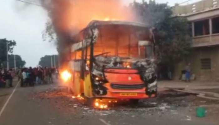 झारखंड: पाकुड़ में बस में आग लगने से मचा हड़कंप, 8-10 लाख का सामान जलकर खाक