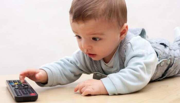 क्या आपके बच्चे भी टीवी रिमोट मुंह में लेते हैं? बैक्टीरिया लेवल कर देगा दिमाग खराब