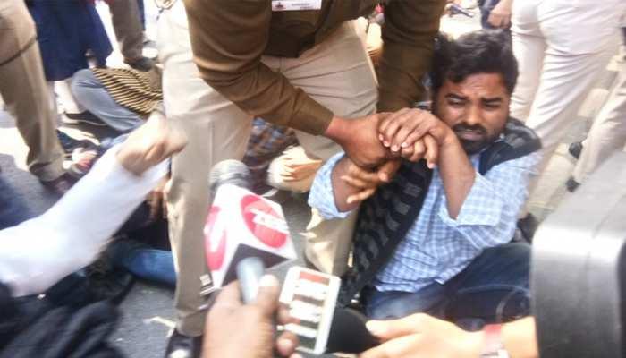 दिल्ली: डॉक्टर कफील की गिरफ़्तारी के खिलाफ यूपी भवन के बाहर मुज़ाहिरा, पुलिस ने लिया हिरासत में