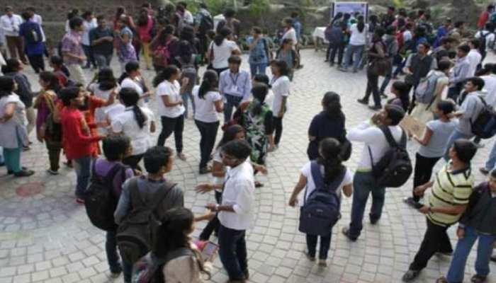 UP Board Exam: मऊ में 12वीं का फिजिक्स पेपर लीक, गाजीपुर में परीक्षा केंद्र के बाहर मिली लिखित कॉपियां