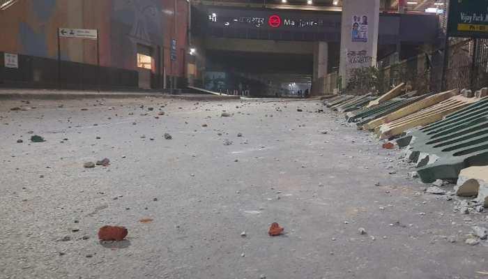 दिल्ली के जाफराबाद-मौजपुर में भिड़े CAA समर्थक और विरोधी, पुलिस ने दागे आंसू गैस के गोले