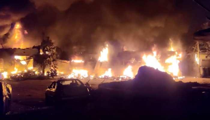 दिल्ली में हिंसा जारी, अब उपद्रवियों ने टायर मार्केट को फूंका, देखें VIDEO