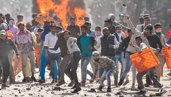 दिल्ली हिंसा: जाफराबाद मेट्रो स्टेशन पर भारी भीड़, बड़ी तादाद में सुरक्षाबलों की तैनाती