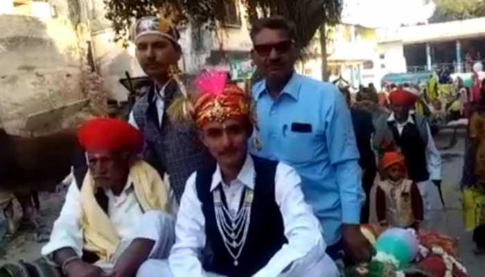 उदयपुर में निकली अनोखी बारात, घोड़ा-मर्सिडीज के बजाय कुछ इस तरह पहुंचा दूल्हा