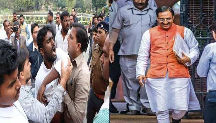 BHU छात्रों ने  HRD मिनिस्टर रमेश पोखरियाल निशंक के सामने लगाए 'VC मुर्दाबाद' के नारे