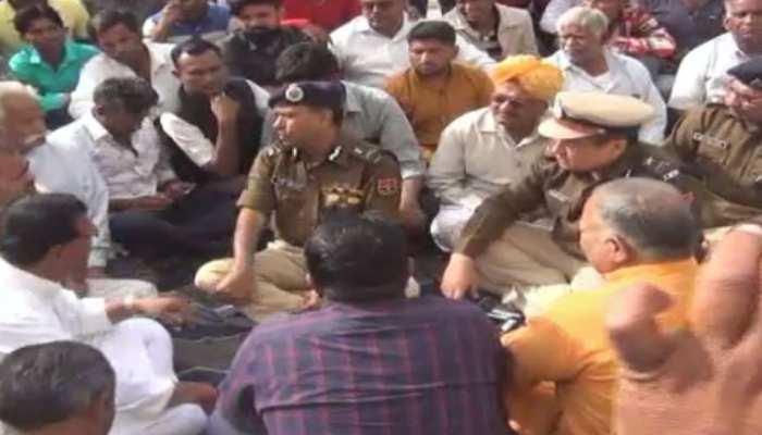 बाड़मेर: दलित युवक की पुलिस हिरासत में मौत, 24 घंटे से शव के साथ भूखे-प्यासे बैठे परिजन