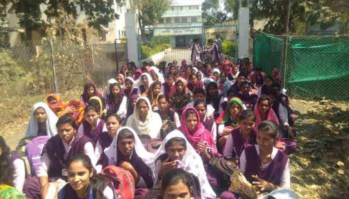 महाराष्ट्र: वैलेंटाइन्स डे पर छात्राओं को 'लव मैरिज' ना करने की प्रतिज्ञा दिलाने वाले तीन प्रोफेसर हुए निलंबित