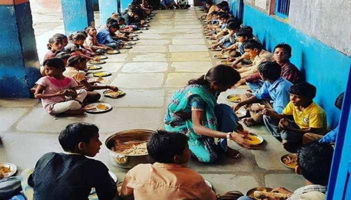 UP: मिड डे मिल के नाम पर 'जादुई आहार', 32 बच्चों के लिए 1 किलो चावल और करीब आधा लीटर दूध