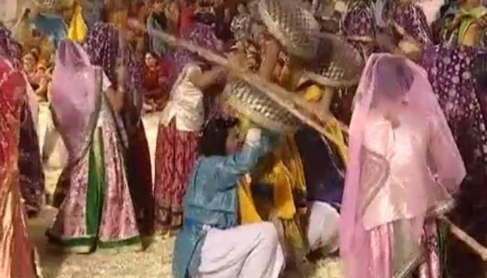 जयपुर: छोटी काशी में भक्तों ने खेली लट्ठमार होली, उमड़ी भक्तों की भीड़