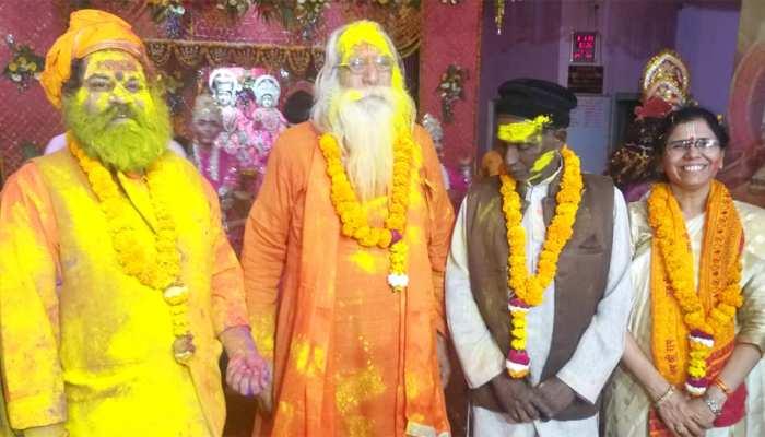 अयोध्या में संतों के साथ इकबाल अंसारी ने भी मनाई होली, कहा रंगों में मिल जाते हैं दिल