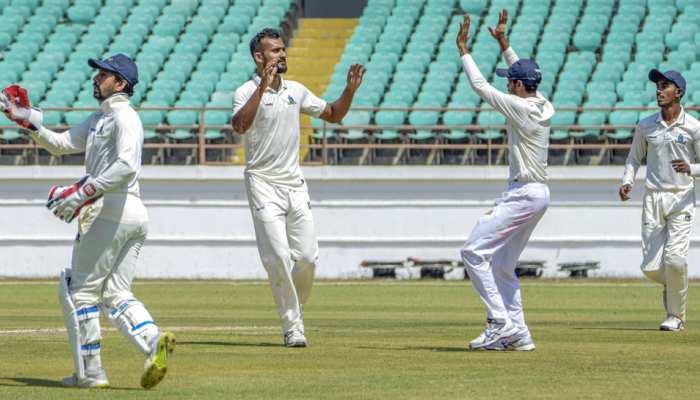 Ranji Trophy Final: पहले दिन बंगाल के गेंदबाजों की वापसी, सौराष्ट्र की आधी टीम आउट