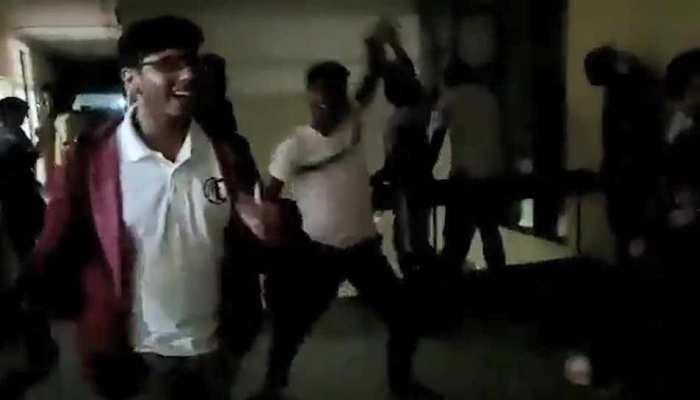 Corona Virus के कारण IIT दिल्ली की परीक्षाएं रद्द, छात्रों ने खूब डांस किया और 'जय कोरोना' के नारे लगाए