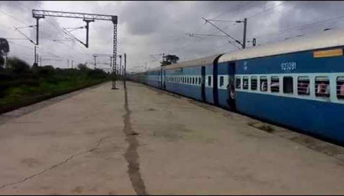 ट्रेन में शख्स को आई खांसी तो खौफजदा हुए यात्री, रेलवे को फोन कर बता दिया Corona मरीज