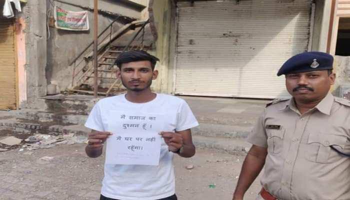 Lockdown Effect: मंदसौर में सड़क पर घूमते लोगों को पुलिस ने थमाये पोस्टर