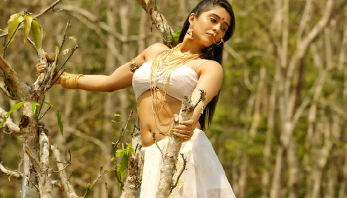 south actress regina cassandra Bollywood debut