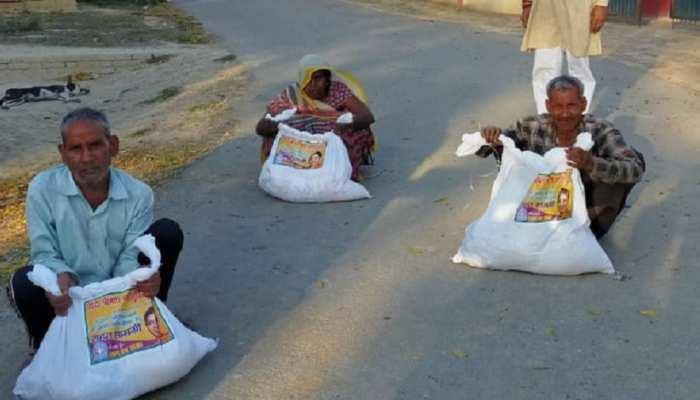 LockDown: अमेठी में गरीबों को 'मोदी किट' बंटवा रही हैं केंद्रीय मंत्री स्मृति ईरानी, लोग कर रहे तारीफ