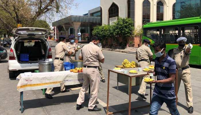 Lockdown: आरपीएफ के इंस्पेक्टर बने गरीबों के मसीहा, गरीब लोगों को रोज बांट रहे हैं खाना