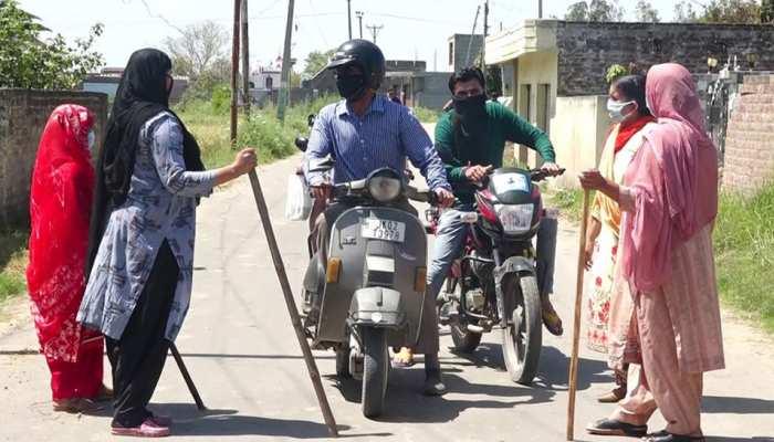 COVID-19: जम्मू में गांव जाने का रास्ता किया बंद, बाहर से आने वाले हर शख्स को रोक रहीं हैं महिलाएं