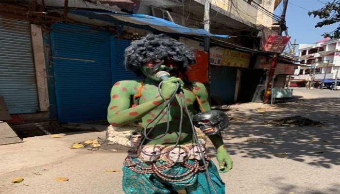 लॉकडाउन का पालन कराने के लिए हरिद्वार पुलिस ने सड़क पर उतारा 'कोरोना राक्षस'