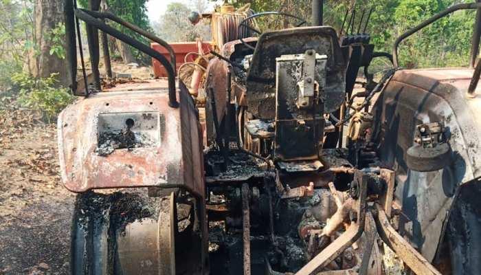 Lockdown के बीच नक्सलियों ने मचाया तांडव, सड़क निर्माण में लगी गाड़ियों में लगाई आग