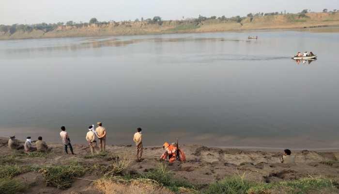 फतेहपुर: लॉकडाउन में ड्यूटी करने जा रहे दारोगा और सिपाही यमुना नदी में नाव पलटने से डूबे, तलाश जारी