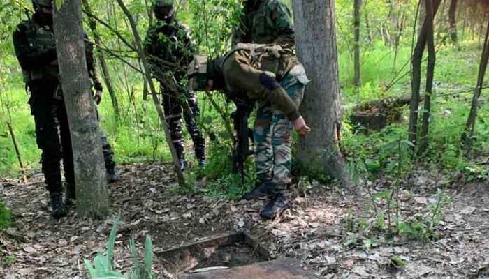 कश्मीर: सुरक्षाबलों से मुठभेड़ में मारे गए 2 आतंकी, ऑपरेशन जारी