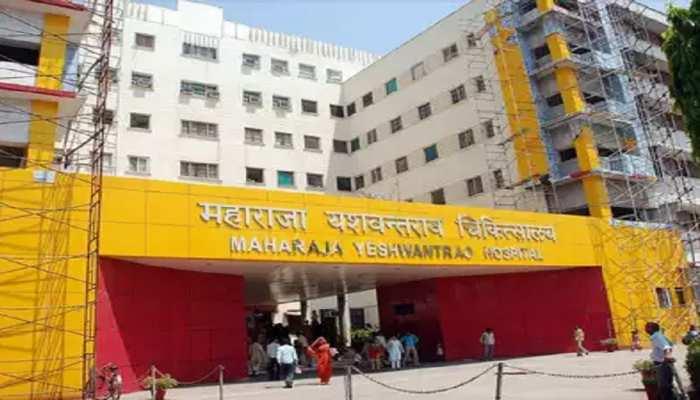 मध्य प्रदेश के इस जिले में 10 सरकारी डॉक्टर्स पर गिरी गाज, डीएम ने दिए जांच के आदेश