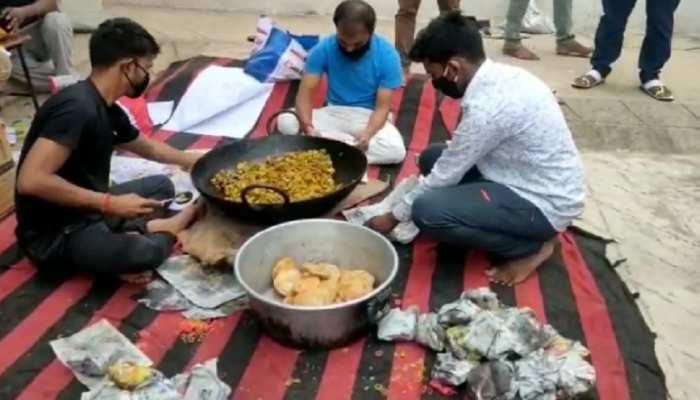 झारखंड: शादी की सालगिरह पर 339 दिव्यांगों को कराया भोजन, सूखे राशन का भी किया वितरण