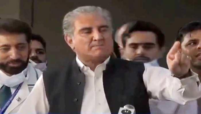 सहाफी ने सोशल डिस्टेंसिंग पर अमल करने को कहा तो भड़क गए पाकिस्तान के वज़ीरे ख़ारजा