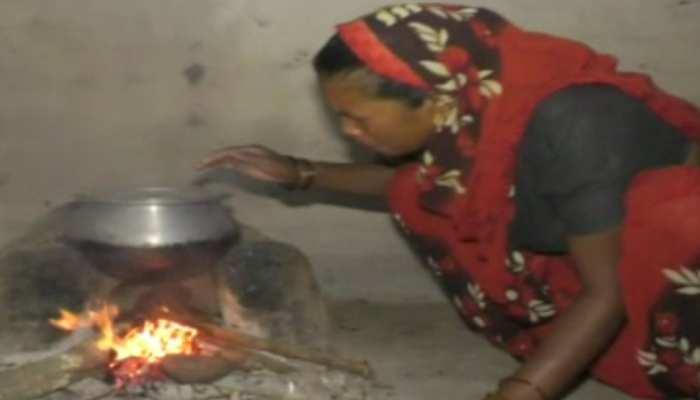 डिंडौरी में PM उज्जवला गैस योजना हितग्राहियों से कोटेदार ने की ठगी, चूल्हे पर खाना बनाने को मजबूर हुए लोग