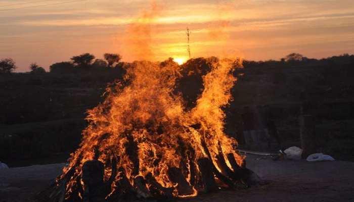यहां 30 परिवारों ने फिर से अपनाई शव को जलाकर अंतिम संस्कार करने की पद्धति