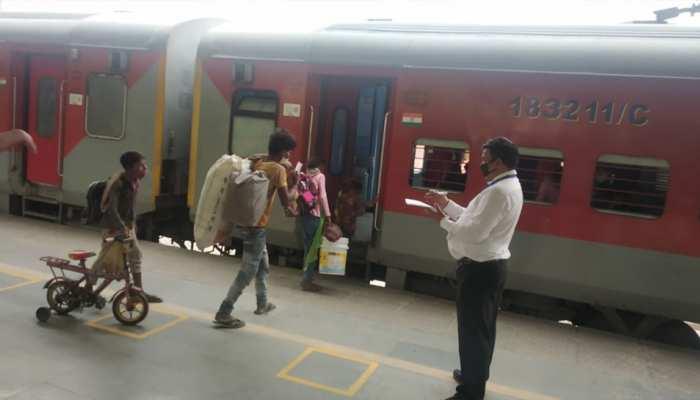 यहां सिविल डिफेंस वॉलिंटियर्स ने ट्रेन से घर जा रहे श्रमिकों को फ्री में दिए टिकट, बांटा खाना