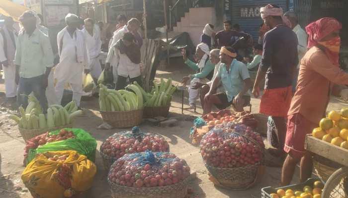 गजसिंहपुर: सब्जी मंडी में सोशल डिस्टेंसिंग उड़ रही धज्जियां, कोरोना संक्रमण का खतरा