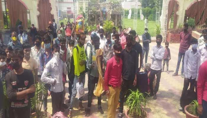 Migrant labourers gathered on Delhi-Ghaziabad border to go home amid lockdown due to Coronavirus COVID19