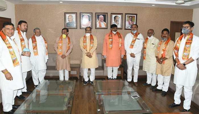 मध्य प्रदेश: उपचुनाव से पहले कांग्रेस को झटका, 6 नेताओं ने थामा भाजपा का दामन
