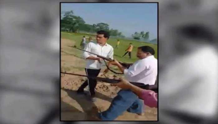 समाजवादी पार्टी के नेता और बेटे का दिन दिहाड़े गोली मारकर कत्ल, वायरल हुआ Video