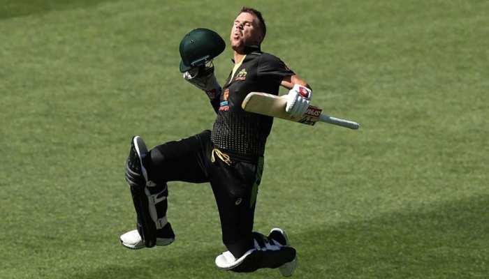 क्रिकेट को मिस कर रहे हैं डेविड वॉर्नर, देखिए कैसे बिना गेंद के लगा रहे हैं सिक्स