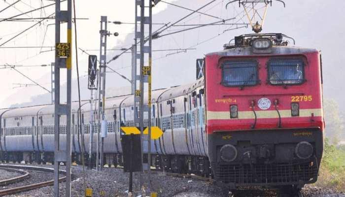 अब काउंटर से करा सकेंगे रिजर्वेशन, रेलवे ने खोली बुकिंग खिड़कियां