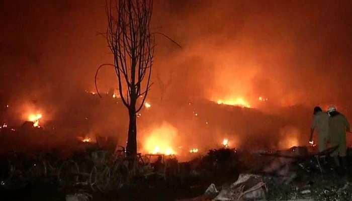 दिल्ली की इस बस्ती में आधी रात में लगी भीषण आग, 30 फायर टेंडर्स मौके पर मौजूद