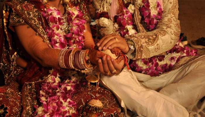 कोरोना काल में शादी! सैनिटाइजर और मास्क से हुआ बारातियों का स्वागत