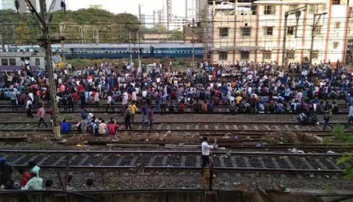 मुंबई के इस स्टेशन पर उड़ीं सोशल डिस्टेंसिंग की धज्जियां, हजारों की संख्या में जमा हुए मजदूर