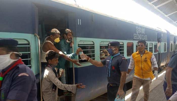श्रमिक स्पेशल ट्रेनों के लिए रेलवे ने किये विशेष इंतज़ाम, दी जा रही खाद्य सामग्री